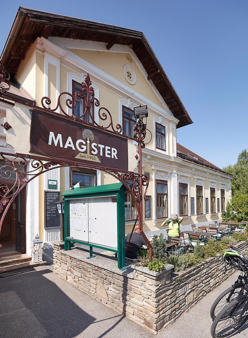 Gasthof-Eingang mit Schanigarten